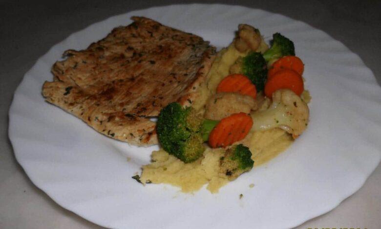 Putensteak mit Püree und Gemüse