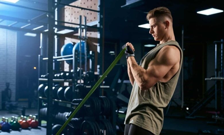 Bodybuilder training arm with resistance band